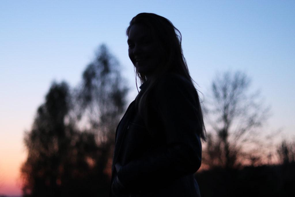lisa_flowersandcrowns-girl-Silhouette im sonnenuntergang Sommernacht