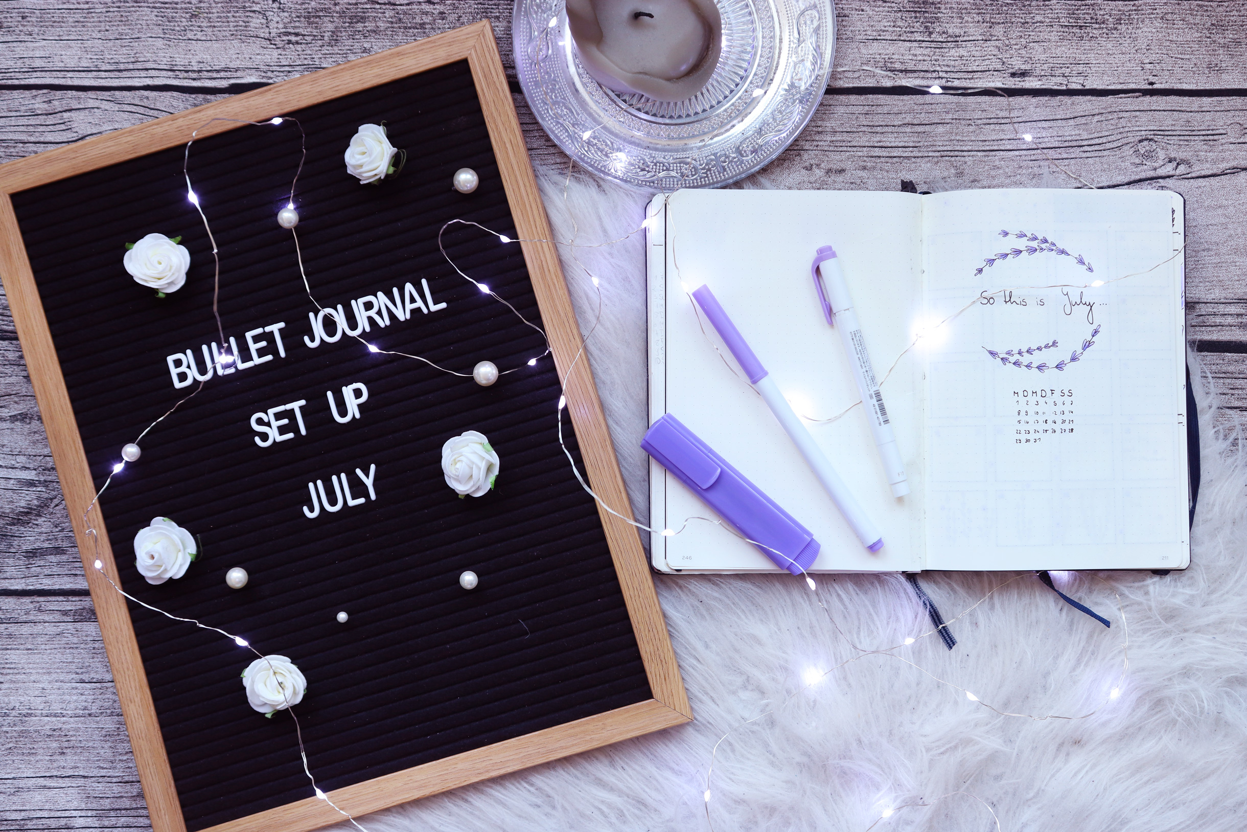 Titelbild des Blogposts, Bullet Journal Set Up Juli mit Titelseite Juli und Journal, Lila stiften